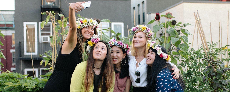 和吉娜和朋友们在生长屋顶上的花冠自拍